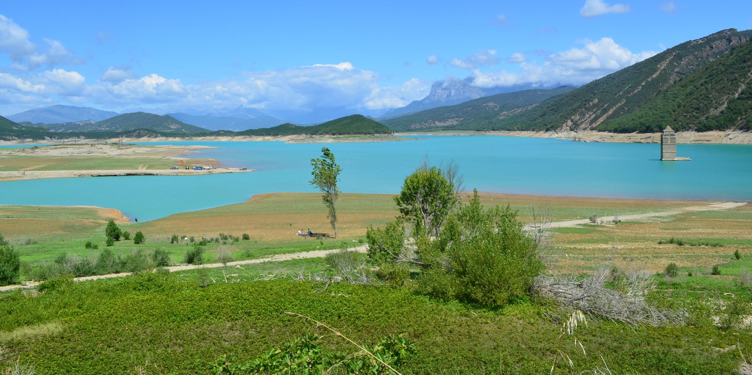 Le village englouti et le lac de Médiano en Espagne.